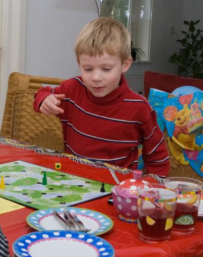 """Iddo in 2009, op zijn 6e verjaardag aan zijn eerste spelletje """"stop de stropers""""!"""